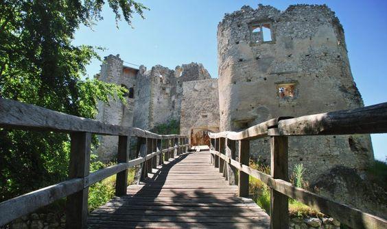 Kúsok od Bánoviec nad Bebravou leží málo známy hrad s pôsobivou atmosférou – Sóda