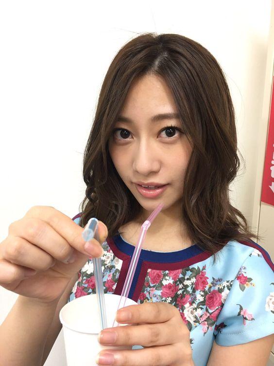 1つのコップにストローを2本をさした桜井玲香のかわいい画像
