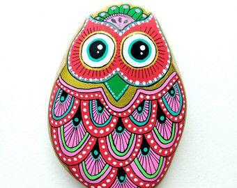 Buho de piedra pintados de mano pintado por ISassiDellAdriatico