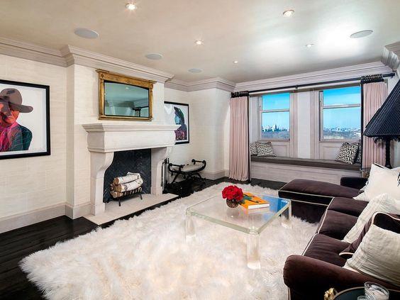 Otro salón, con chimenea y una mullida alfombra de pelo largo.