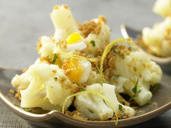 Blumenkohl auf polnische Art mit Ei, Zitrone und Bröseln: Bei dieser Beilage kommt der Mineralstoff aus Ei, Blumenkohl und Petersilie.