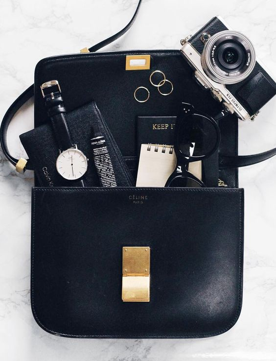 Le comble du chic : assortir le contenu de son sac à ce dernier ! (sac Classic Céline - blog Mija)
