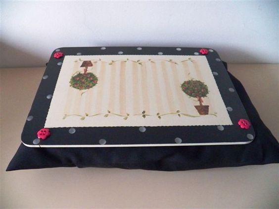 Suporte para notebook com almofada preta (tema: árvores), lindos botões em formato de flores rosa pink. <br>Súper útil e confortável para manusear seu notebook.