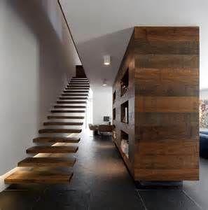escada com patrede resvestida de madeira