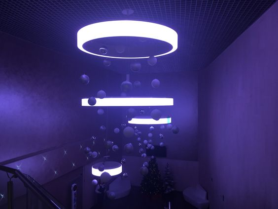 Люстры освещения, внизу - вход в партер зала