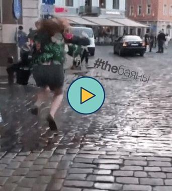 salto em poça de agua e cai de bunda
