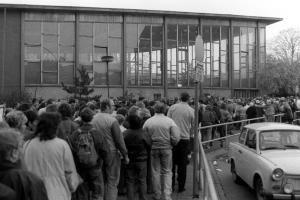DDR - Menschenmassen am Bahnhof Friedrichstraße Tränenpalast