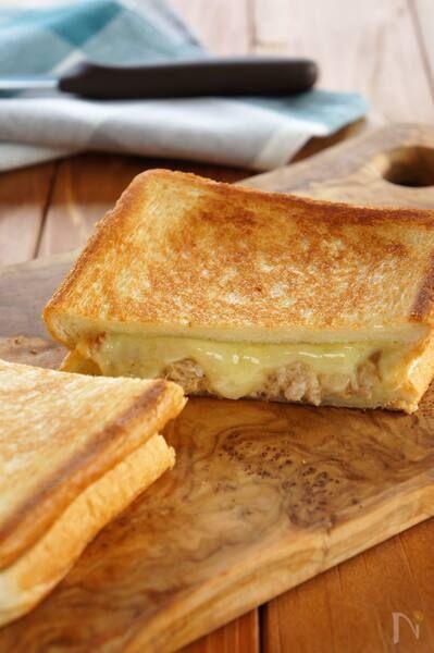 サクサクの食パンとツナ、とろーりとろけたチーズがたまらないアメリカでは定番のホットサンドです。