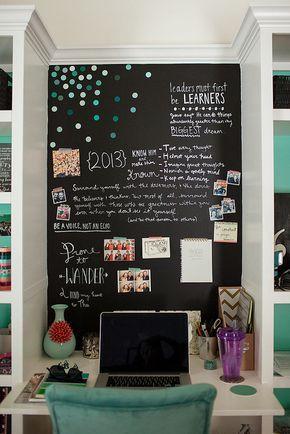 Escritório com parede lousa, efeito pode ser aderido, através de tintas específicas ou utilizando papel contact preto ou verde escuro. -desk space area. I love the chalk wall. (by jessicalaurenphoto, via Flickr)