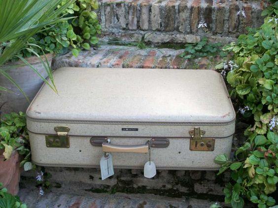 Antigua maleta cruda.