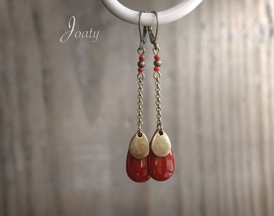 Boucles d'oreilles chaînettes bronze, gouttes émaillées rouges : Boucles d'oreille par joaty