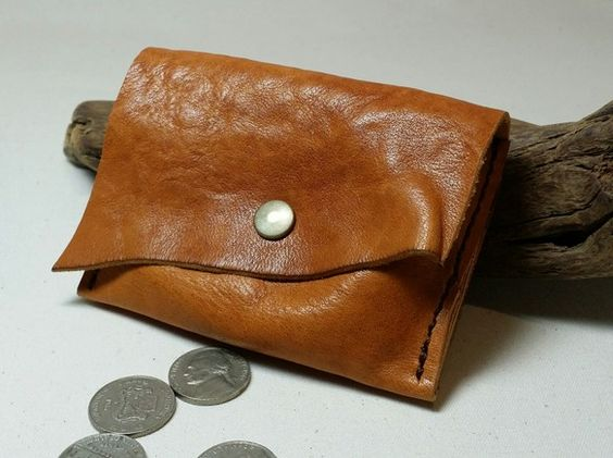 背面にカードポケットを2箇所配した馬革のコインケースです。革は北海道の農耕馬を使用し、タンニンで鞣した馬革を使っております。コバはあえて未処理のままの切りっぱ...|ハンドメイド、手作り、手仕事品の通販・販売・購入ならCreema。