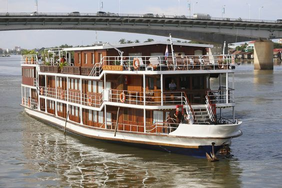 Croisière sur le Mékong Il n'y a pas de meilleure façon de découvrir les mystères de l'Asie que de naviguer sur son artère principale, le Mékong, qui sert à alimenter les cultures riches du Cambodge et du Vietnam dans ce qui était connu sous le nom d'Indochine.