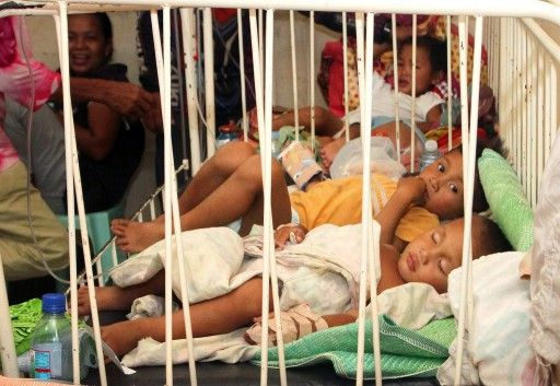 フィリピン南部ミンダナオ(Mindanao)島のアラマダ(Alamada)で、病院のベッドに横たわる子どもたち(2014年5月14日撮影)。(c)AFP=時事/AFPBB News