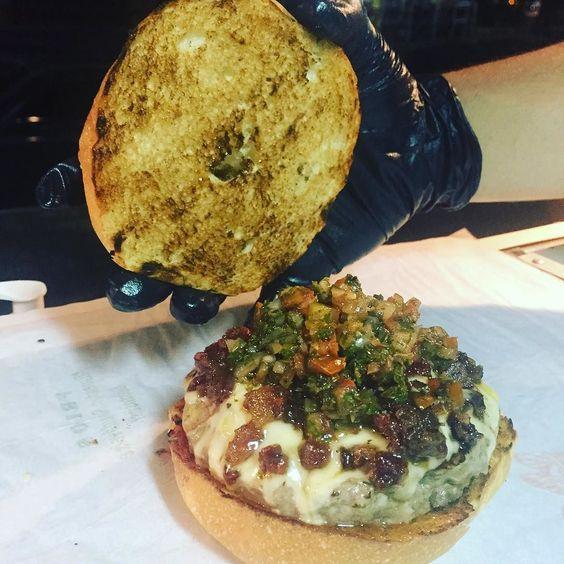Esse aqui é especialidade da casa nosso carro chef  DUELO é o nome dessa belezinha. Ele é feito de contra filé recheado com costela de boi defumada  e pão de cerveja. Acompanhado com queijo emental geleia de bacon e molho chimichurri. #hamburger #foodtruck #burger #costeladeboi #chimichurri #burguer #rj #texasburguer #geleiadebacon  #duelo #foodtrailer #foodtruckbr  #texas #diferencial by texas.burguer