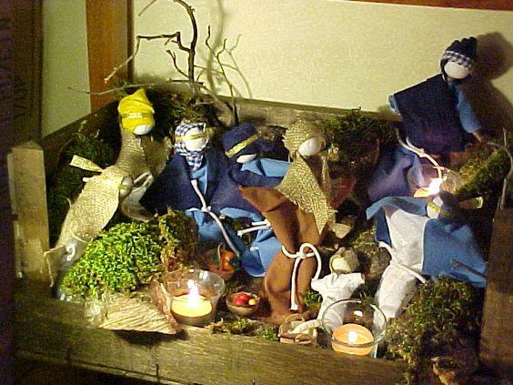 Presepe realizzato in una cassetta per la frutta. I personaggi sono realizzati con bastoncini di legno, sfere di polistirolo e abiti in tessuto