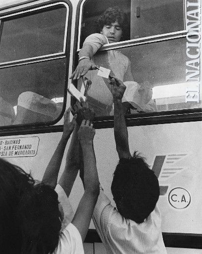 El futbolista Diego Armando Maradona en su visita a Venezuela. Década: 80.  (ARCHIVO / EL NACIONAL)