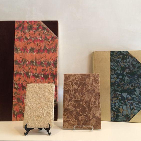 Cadernos artesanais com encadernação francesa.
