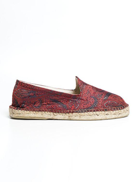 Alpargatas de seda italiana en estampado paisley burdeos. Este clásico y estiloso calzado masculino se reconvierte en un must have en moda para hombre gracias a la aplicación de la seda como tejido combinado con el esparto de la suela para poder ser usado a todas horas. www.soloio.com  #shoponline  #menfashion #menstyle #menshoes #mocasín #turquesa #turquoise#burgundy #blue #red #paisley #silk #alpargatas #espadrilles #madeinspain