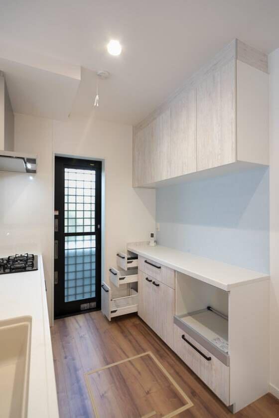 キッチンの縁取りはモザイクタイルを貼っておしゃれにデザイン リビング キッチン キッチンデザイン シンプルモダンな家