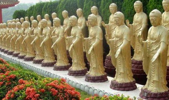 Những tượng Phật bên ngoài sân chùa