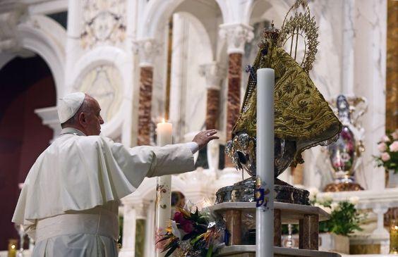 El papa Francisco concluye hoy su primera visita a Cuba con una misa en el Santuario de la Virgen de la Caridad del Cobre en Santiago, desde donde partirá al mediodía hacia Estados Unidos, en un viaje cargado de simbolismo por su apoyo al acercamiento de las dos naciones.