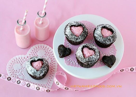 Pink Heart Cupcake Recipe (Cupcake Trái Tim Hồng) fro mhttp://www.vietnamesefood.com.vn/vietnamese-recipes/easy-vietnamese-recipes/pink-heart-cupcake-recipe-cupcake-trai-tim-hong.html