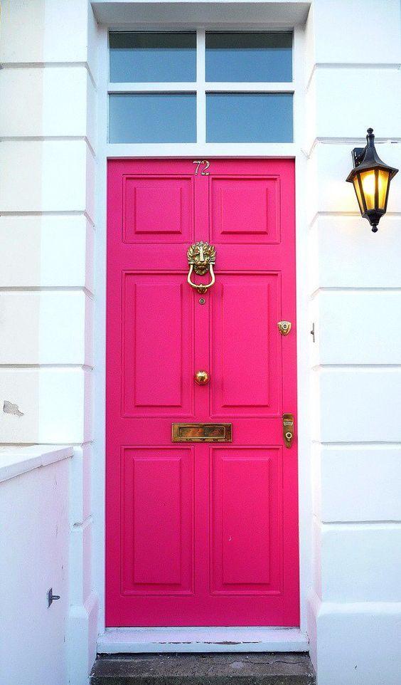 eingangstür in pink mit goldakzenten