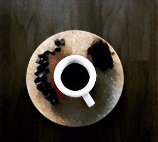 Manche trinken ihn schwarz, andere nur mit viel Zucker, wieder andere genießen ihn mit Eis. Wie auch immer man ihn sich persönlich zubereitet, ob man ihn mag oder nicht, auf eines können sich meine…