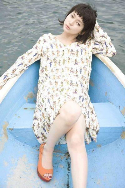 人のイラストの入ったワンピースを着てボートに乗っている多部未華子の画像