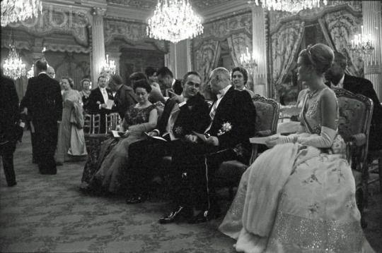 vía Rainier III, Prince of Monaco and Grace Kelly received by Charles de Gaulle at the Elysée Palace - 42-77973933 - Derechos protegidos - Fotografía de stock: Corbis