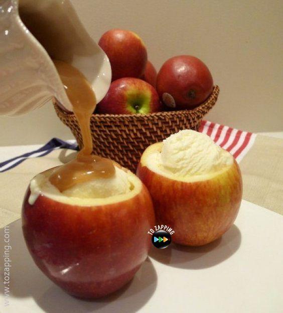 Manzanas rellenas de helado y caramelo