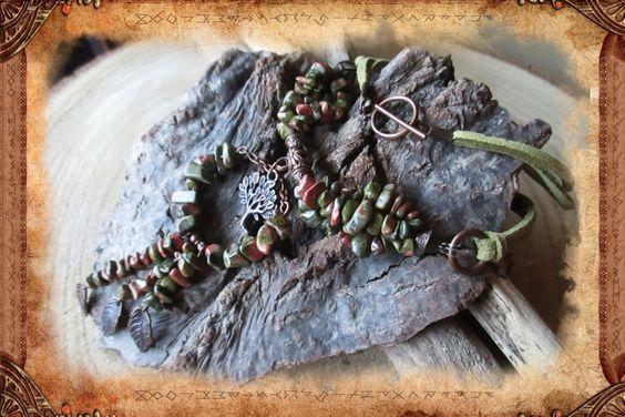 Collier grappe, de style ethnique ou bohème, en Unakite et suédine de couleurs…