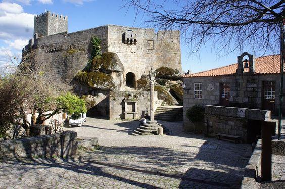 Castillo y pelourinho.