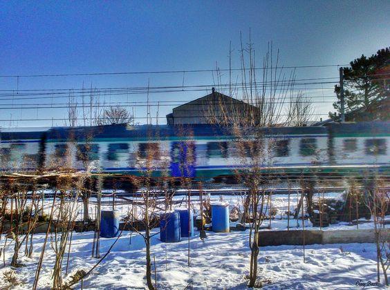 treno in movimento con neve