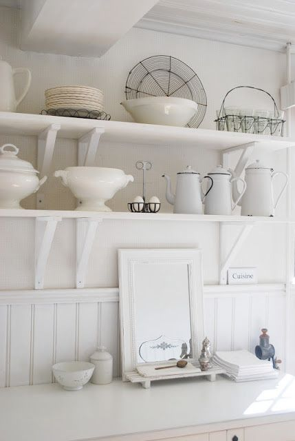 Witte brocante decoraties in deze witte keuken by brocantepost ...