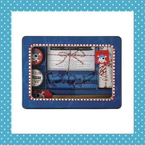 Fantastisch pakket voor piraten die van koekjes houden! Met vormpjes van een piratenschip, doodshoofd en haai. Ook nog cupcakevormpjes, een schort, beslaglepel en receptkaarten in piratenthema. http://dekinderkookshop.nl/product/cadeaupakket-piraat/