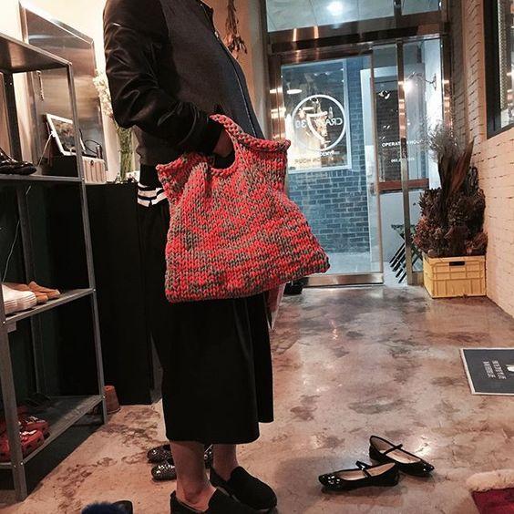 связанная трикотажная сумка