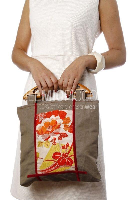 Borsa con doppio manico rigido, pezzo unico realizzato a mano. Materiali: lino con inserto in seta di kimono giapponese anni '50-'60 e dettagli in velluto. I manici sono in legno.