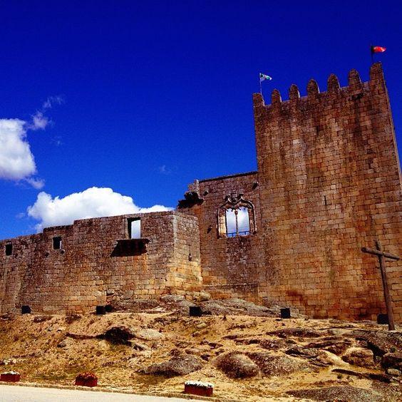 Castelo de Belmonte onde morou a família Cabral até o Sec XV Via You Must Go Blog #Portugal