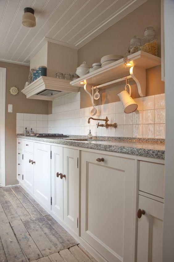 Massief houten keuken, uitgevoerd in een prachtige crèmekleur. Prachtige details als de kraan en een gedetailleerde schouw zijn niet vergeten!