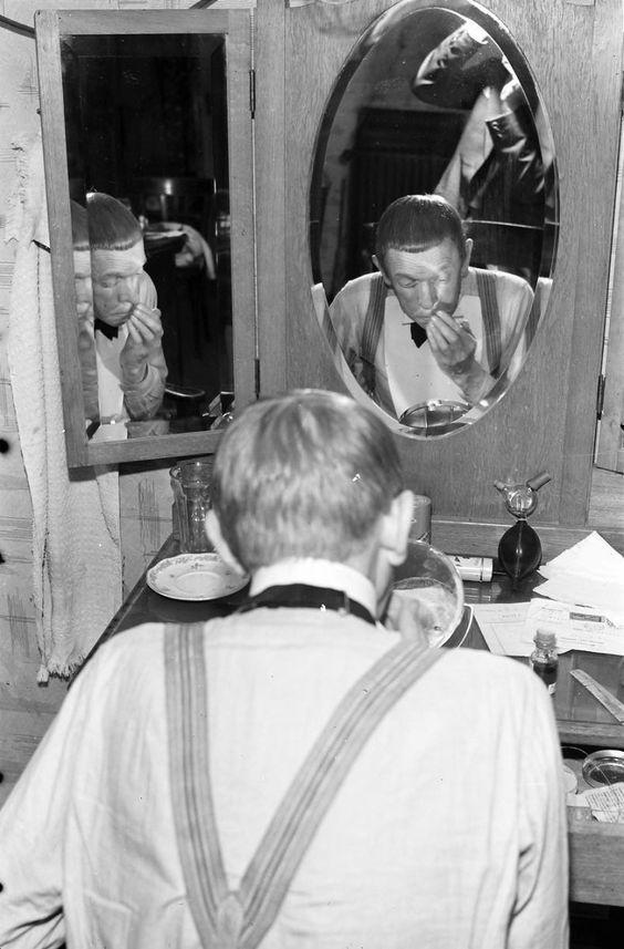 Karl Valentin bei der Maske http://upload.wikimedia.org/wikipedia/commons/0/0d/Kabarett_der_Komiker%3B_Karl_Valentin_008754.jpg