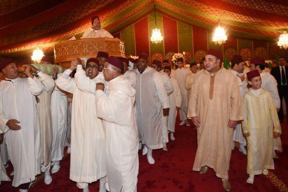 La cérémonie de la mida, avec le roi et le prince héritier tout sourire