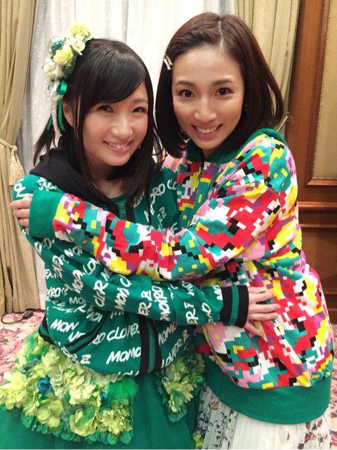 内田敦子緑のファッションで笑顔決める