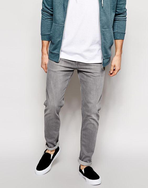 Jeans von Weekday Stretch-Denim helle Waschung normale Bundhöhe verdeckter Reißverschluss enges Bein enge Passform Maschinenwäsche 99% Baumwolle, 1% Elastan unser Model trägt Größe 81 cm/32 Zoll und ist 185,5 cm/6 Fuß 1 Zoll groß