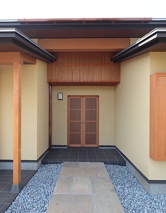 和風数寄屋注文住宅の玄関引戸と面付鎌錠と壁面行灯照明 玄関引戸 数寄屋 玄関