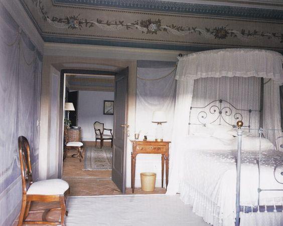 Fighine a half tester bed draped in breezy white muslin echoes the delicate tromp l 39 oeil - Trompe loeil hoofd bed ...