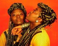 Hijas del Sol. Dúo de mujeres ecuatoguineanas de afropop formado por Piruchi Apo Botupá y su sobrina Paloma Loribo Apo conocida artísticamente como Paloma del Sol, originarias de la isla de Bioko. Escriben, cantan y realizan canciones tanto en bubi como en español.