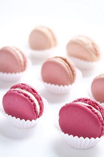 Você pode decorar uma parte da mesa de doces com macarons coloridos dispostos em forminhas de papel. Ideia simples e super charmosa.: