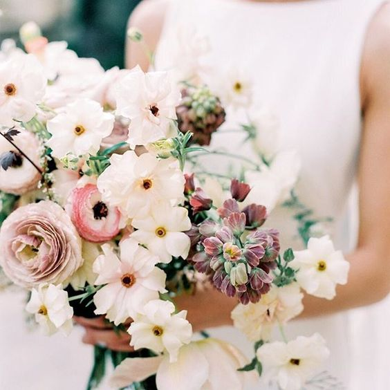 bridal bouquet full of butterfly ranunculus and fritillaria in white and blush for a summer wedding bouquet #bridalbouquet #weddinginspiration ⠀⠀⠀⠀⠀⠀⠀⠀⠀